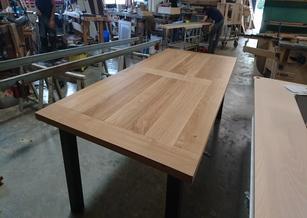 Table en chêne massif et piètement métal